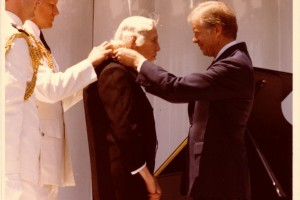 President Jimmy Carter awards Welty the Presidential Medal of Freedom in 1980.